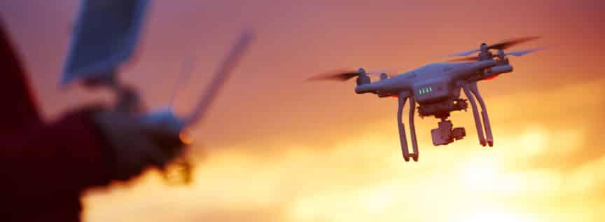 Eine Pilot und seine Drohne im Sonnenuntergang